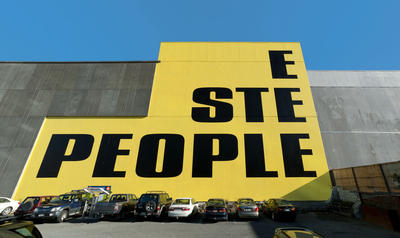 Kay Rosen: Here Are the People and There Is the Steeple (2012): Acrylic paint on wall, Christchurch Public Art Gallery, Christchurch, New Zealand. Photo: John Collie. © Kay Rosen